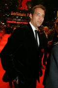 Clive Owen verzaubert roten Teppich