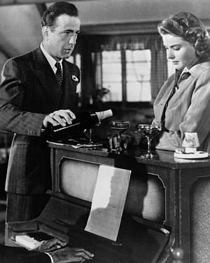 Humphrey Bogart (auf Kiste?) mit Ingrid Bergman in Casablanca