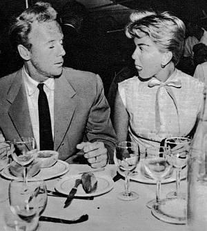 Van Johnson und Doris Day im Gespräch vertieft.