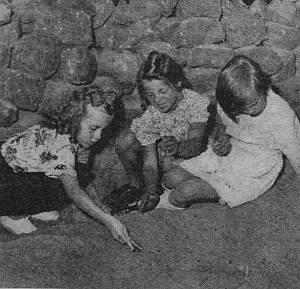 Cornelia im Sandkasten mit ihren Freundinnen.
