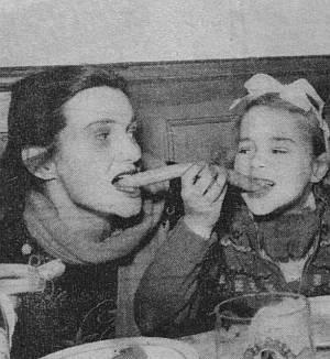 Cornelia beim Würstelessen mit ihrer Mutter