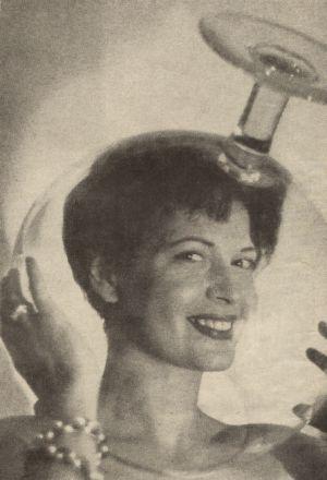 Eva Bartoks hübsches Gesicht in einem riesigen Kognak-Glas.