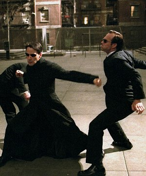 Keanu Reeves und Hugo Weaving in: Matrix Reloaded