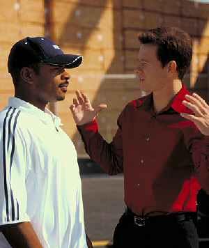 Regisseur F. Gary Gray und Mark Wahlberg am Set von: The Italian Job - Jagd auf Millionen