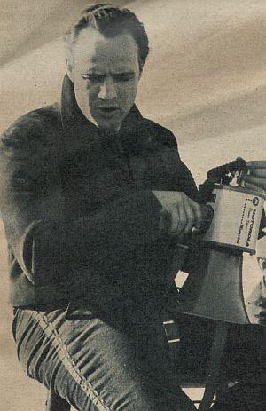 Marlon Brando sitzt auf dem Regiestuhl