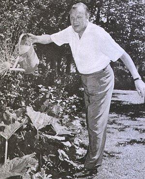 Martin Held bei der Pflege seines Gartens