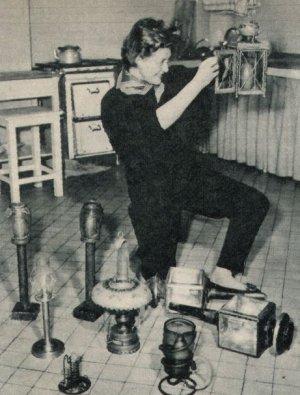 Susi Nicoletti daheim beim Lampenputz