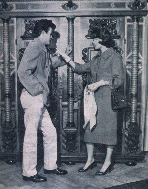 Horst Buchholz und Myriam Buchholz Bru überlegen, welche Möbelstücke in die Pariser Wohnung passen