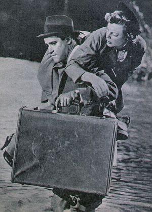 Jack Lemmon nimmt June Allyson auf den Arm