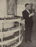 Douglas Fairbanks Jr. vor seiner Zinnsoldaten-Sammlung.