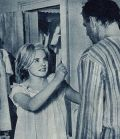 Carroll Baker im Nachthemd mit Karl Malden
