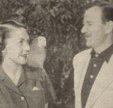 John Wayne mit seiner Frau Esperanza Baur und einem Papagei