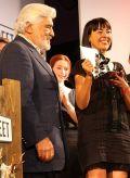 Mario Adorf überreicht Julia Zimanofsky den Shocking Short Award