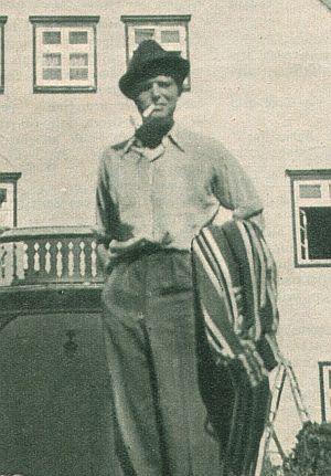 Gustav Fröhlich vor seinem Haus