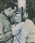 Kurts Mutter Frau Michaelis (Franziska Kinz) erfährt von seiner Ermordung