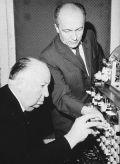 Komponist Oskar Sala mit Regisseur Alfred  Hitchcock