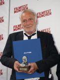 André Wilms nimmt für Aki Kaurismäki in München den Arri-Preis entgegen