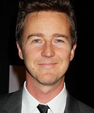 """Edward Norton lächelt freundlich auf der US-Premiere von """"Das Bourne Vermächtnis"""""""
