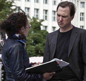 """Regisseurin Stina Werenfels mit Lars Eidinger am Set von """"Dora..."""""""