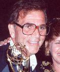 """Alex Rocco mit dem Emmy für seine Leistung in der Sitcom """"The Famous Teddy Z"""""""