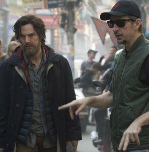 """Benedict Cumberbatch mit Regisseur Scott Derrickson am Set von """"Doctor Strange"""""""