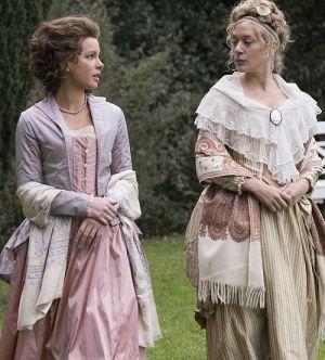 """Kate Beckinsale und Chlöe Sevigny in """"Love & Friendship"""" (2016)"""