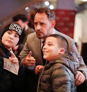 Moritz Bleibtreu mit Fans am roten Teppich