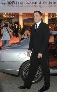 Etwas steif: Ben Affleck auf dem Weg zur Venedig-Premiere