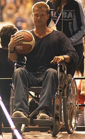 Til Schweiger als Rollstuhlfahrer mit dem begehrten Basketball