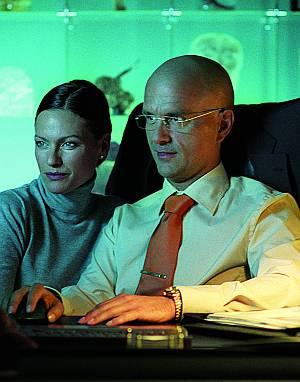 Nina Kronjäger unterstützt als hinterhältige Ärztin die Machenschaften ihres Chefs.
