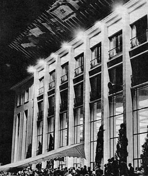 Der Filmpalast von Cannes bei Nacht - im Jahr 1957.