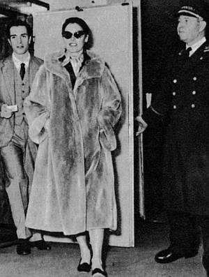 Ava Gardner versteckt sich hinter einer Sonnenbrille.