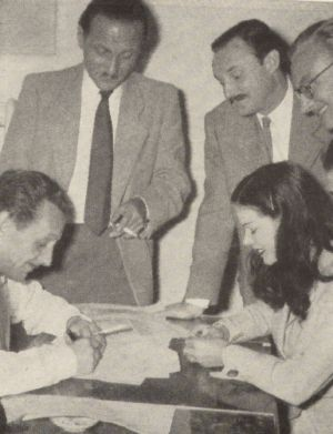 Laya Raki unterschreibt den Vertrag