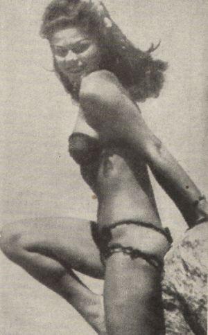 Laya Raki beim Sonnenbaden