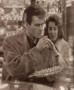 Horst Buchholz und Myriam Bru durch das Fenster eines Juweliers