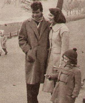 Horst Buchholz beim Spazieren mit Myriam Bru