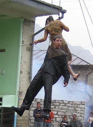 Max Mauff hängt in der Luft