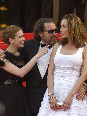 Julian Schnabel inmitten schöner Frauen in Cannes