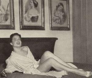 Die italienische Nachwuchsschauspielerin Mirella präsentiert sich im Bademantel.