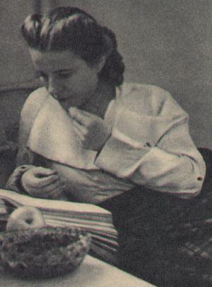 Paula Wessely beim Lernen ihres Drehbuchs