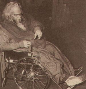 Ein passionierter Schauspieler wie Orson Welles lässt sich auch von einem Gipsbein nicht von seinem Auftritt abhalten.