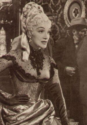 Gewohnt selbstbewusst wickelt der deutsch Vamp Marlene Dietrich die Männer um den Finger.