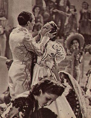 "Tino Rossi tanzt mit Filmpartnerin Viviane Romance in ""Nächte in Neapel"""