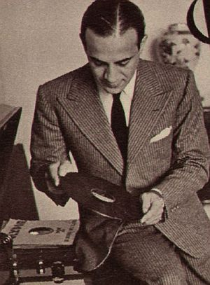 Tino Rossi blickt auf eine seiner Platten