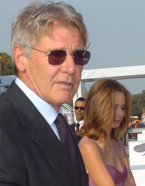 Harrison Ford mit Calista Flockhart bei den Fans (Venedig 2005)