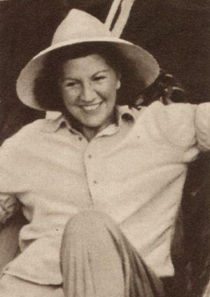 Lucy Millowitsch mit Tropenhelm