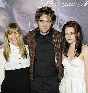 """Regisseurin Catherine Hardwicke mit Robert Pattinson und Kristen Stewart auf der """"Twilight""""-Premiere"""
