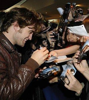 """Robert Pattinson mit Fans auf der Münchner """"Twilight""""-Premiere"""