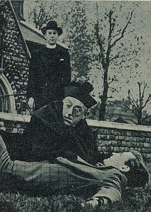 Alec Guinness in einer Szene als Pater Brown