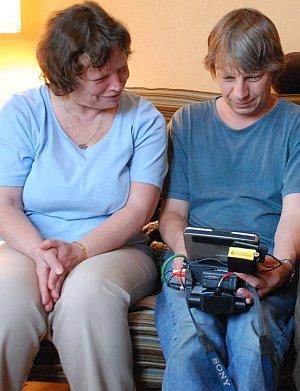 Regisseur Andreas Dresen und Ursdula Werner schauen sich Videomaterial an